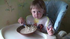吃食物的小女婴 股票视频