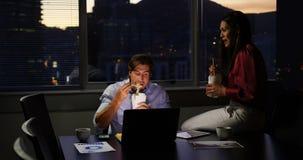 吃食物的年轻白种人办公室董事正面图在书桌在现代办公室4k 股票录像
