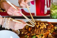 吃食物的青年人在泰国餐馆 库存图片