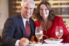 吃餐馆的夫妇正餐 免版税图库摄影