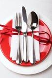 吃饭的客人周年庆祝的红色和白色桌设置 库存图片