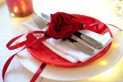 吃饭的客人周年庆祝的红色和白色桌设置 库存照片