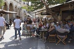 吃饭的客人和饮者一个拥挤酒吧的在伊拉克利翁,克利特,希腊 库存图片