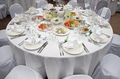 吃饭的客人圆桌婚礼白色 库存照片