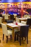 吃饭的客人时间 表在有玻璃和利器的意大利餐厅 库存图片