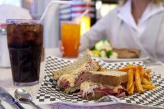 吃饭的客人reuben三明治样式 免版税图库摄影