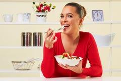 吃饮食沙拉健康减重食物的少妇 免版税库存照片