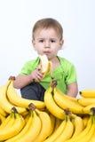 吃香蕉的逗人喜爱的婴孩 免版税库存图片