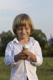 吃鲜美冰淇凌的年轻逗人喜爱的白肤金发的男孩 免版税库存照片