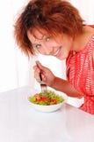 吃鲜美沙拉的美丽的女孩 库存照片