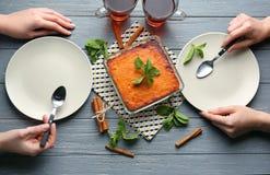 吃鲜美红萝卜蛋白牛奶酥的妇女 免版税库存照片