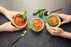 吃鲜美红萝卜蛋白牛奶酥的妇女 免版税库存图片