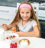 吃鸡蛋的小女孩 免版税库存图片