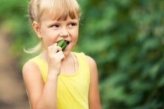吃黄瓜的女孩 库存照片