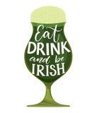 吃,饮料并且爱尔兰语 滑稽的St Partick ` s天行情 在玻璃的印刷术用在白色背景隔绝的绿色啤酒 库存例证