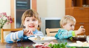 吃从板材的孩子食物 库存图片