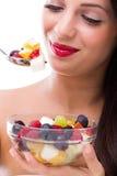 吃水果沙拉的妇女 免版税库存照片