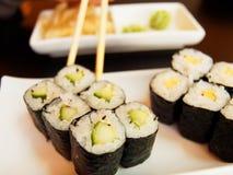 吃黄瓜寿司 免版税图库摄影