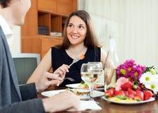 吃年轻的夫妇浪漫晚餐用香槟 库存照片