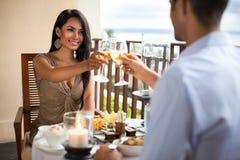 吃年轻的夫妇浪漫晚餐 库存照片