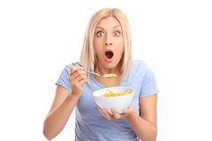 吃从碗的震惊妇女谷物 免版税库存照片