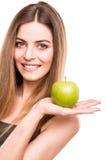 吃绿色苹果的妇女 免版税库存图片