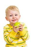 吃绿色苹果的小男孩 库存图片