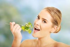 吃莴苣的裸体妇女 免版税库存照片