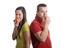 吃年轻人的苹果夫妇 库存照片