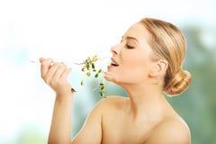 吃cuckooflower的健康裸体妇女 免版税库存照片
