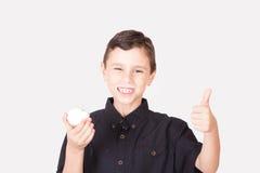 吃kahk el Eid的愉快的孩子 免版税库存图片