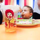 吃Mc唐纳德的孩子 免版税库存照片