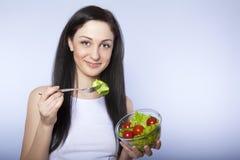 吃salat微笑的妇女 库存图片