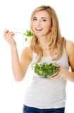 吃salat微笑的妇女 免版税库存照片