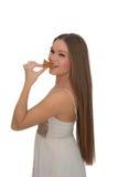 吃samosa的可爱的女孩 免版税库存图片