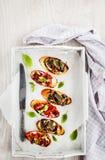 各式各样的蕃茄,乳脂干酪和油煎的蘑菇bruschetta 免版税库存图片