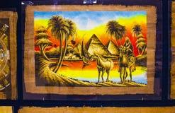 各种各样与埃及历史的元素-在商店显示的对象的纸莎草在义卖市场 库存图片