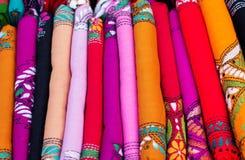 各种各样五颜六色的印地安织品在市场上 库存照片