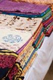 各种各样五颜六色的印地安织品在市场上 免版税图库摄影