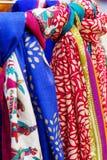 各种各样五颜六色的印地安织品在市场上 库存图片