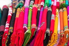 各种各样五颜六色的印地安织品在市场上 免版税库存图片