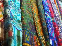 各种各样五颜六色的印地安织品在市场上 免版税库存照片