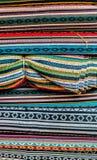 各种各样五颜六色的织品在市场摊位在加德满都 库存照片