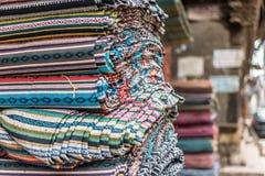 各种各样五颜六色的织品在市场摊位在加德满都 免版税库存照片
