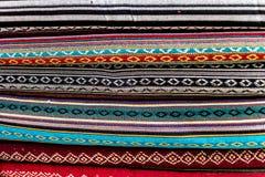 各种各样五颜六色的织品在市场摊位在加德满都 图库摄影