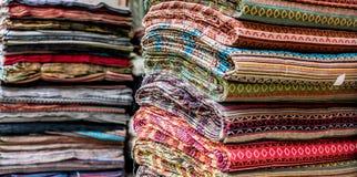 各种各样五颜六色的织品在市场摊位在加德满都 库存图片