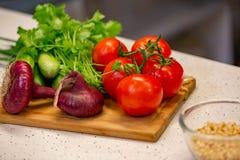各种各样五颜六色的菜的图象在切口木板的 库存照片