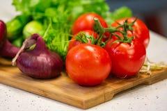 各种各样五颜六色的菜的图象在切口木板的 图库摄影
