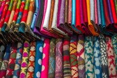 各种各样五颜六色的织品在市场摊位 库存图片