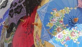 各种各样五颜六色的轻的树荫伞 免版税图库摄影